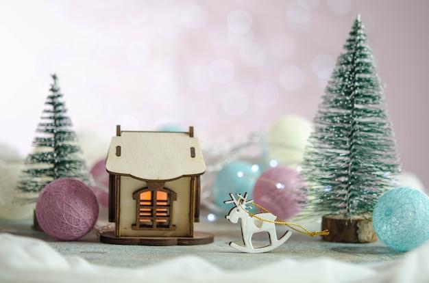Samenstelling van nieuwjaarsspeelgoed. kerstboom. huis. kerst decoratie