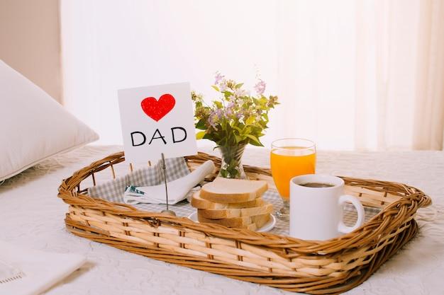 Samenstelling van ontbijtvoorwerpen voor vadersdag