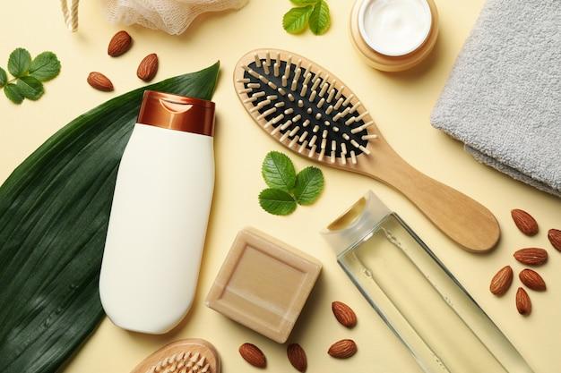 Samenstelling van persoonlijke hygiëne met flessen cosmetica op beige achtergrond