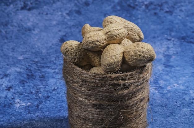 Samenstelling van pinda's die olie, pindakaas maken. geweldig voor gezonde en dieetvoeding. concept van: specerijen, gedroogd fruit