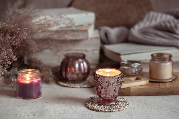 Samenstelling van prachtige vintage kandelaars met brandende kaarsen op een onscherpe achtergrond.