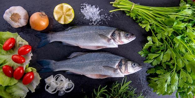 Samenstelling van rauwe zeebaars en groenten