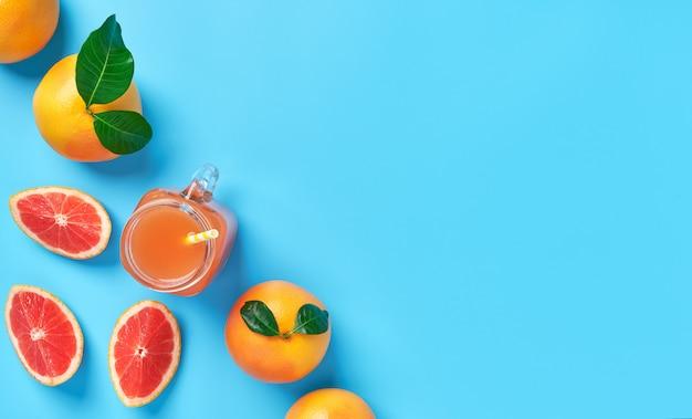 Samenstelling van rijp grapefruit en grapefruitsap met copyspace