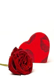 Samenstelling van rode rozen en geschenkdozen