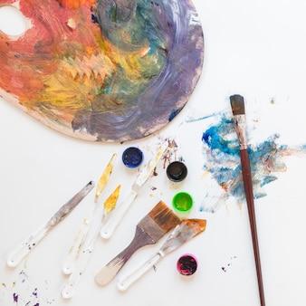 Samenstelling van rommelige werkplaats van professionele kunstenaar