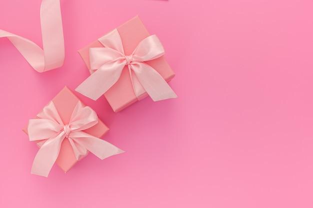 Samenstelling van roze twee geschenkdozen met lint en harten