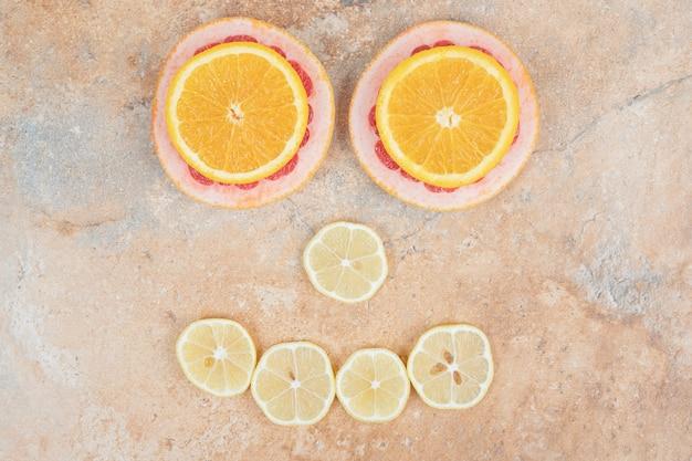 Samenstelling van schijfjes citroen, sinaasappel en grapefruit. hoge kwaliteit foto