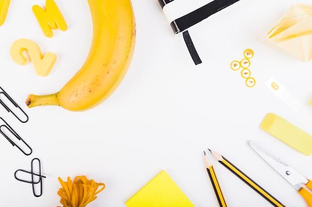 Samenstelling van schoolbenodigdheden en sappig fruit