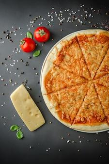 Samenstelling van smakelijke italiaanse pizza en ingrediënten
