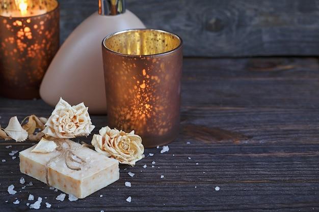 Samenstelling van spa-behandeling. natuurlijke handgemaakte zeep met geurige kruiden. kuuroordconcept.