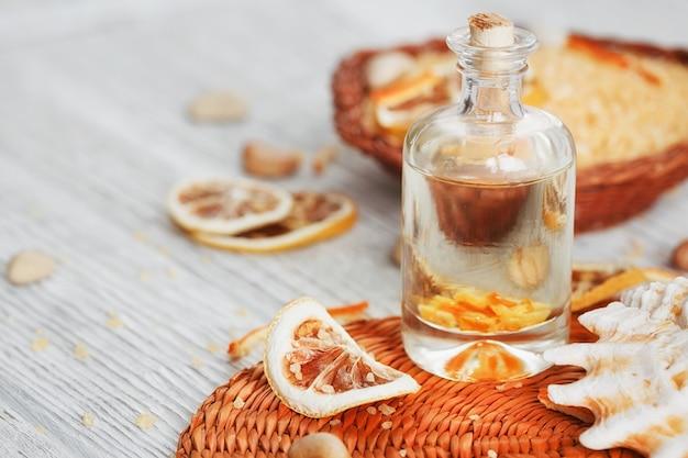 Samenstelling van spa-behandeling op houten achtergrond. essentiële citrusolie