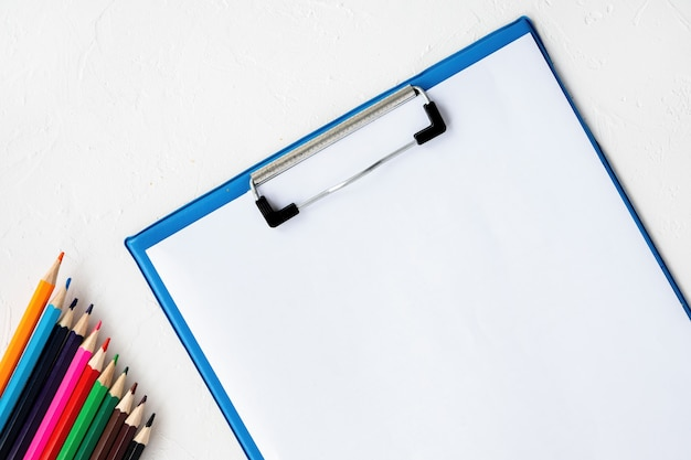 Samenstelling van verfapparatuur. potloden en papier. lichte achtergrond