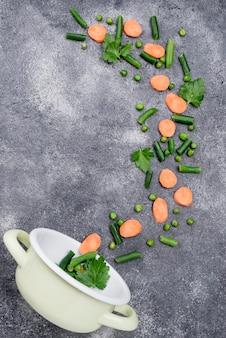 Samenstelling van verschillende ingrediënten op cement achtergrond