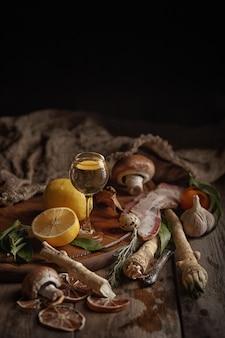Samenstelling van verschillende levensmiddelen op een houten tafel. bovenaanzicht