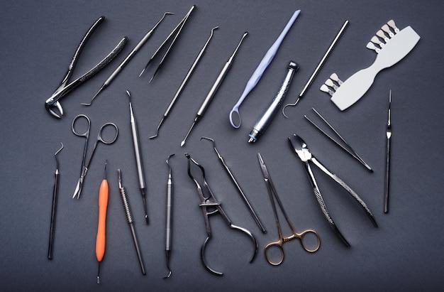 Samenstelling van verschillende tandheelkundige apparatuur op grijze achtergrond