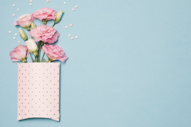 Samenstelling van verse mooie bloemen in papieren verpakking