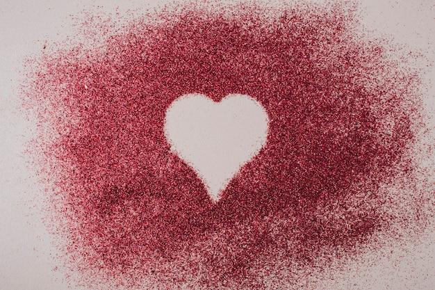 Samenstelling van vorm van hart tussen rode korrels