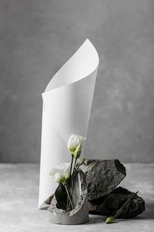 Samenstelling van witte lentebloemen met papieren kegel
