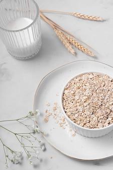 Samenstelling van witte tafel met heerlijk gezond eten