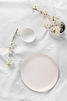 Samenstelling van witte tafel voor een heerlijke maaltijd