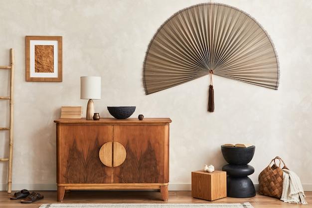 Samenstelling van woonkamer met houten commode en persoonlijke accessoires sjabloon kopieer ruimte