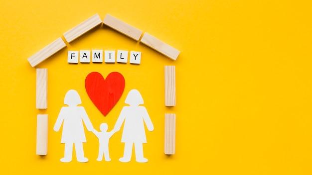 Samenstelling voor familieconcept op gele achtergrond met exemplaarruimte