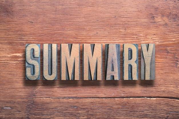 Samenvattend woord gecombineerd op vintage gelakt houten oppervlak