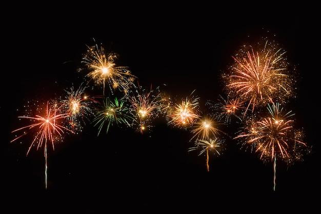 Samenvatting gekleurde vuurwerkachtergrond met vrije ruimte voor tekst het concept van het vieren van het nieuwe
