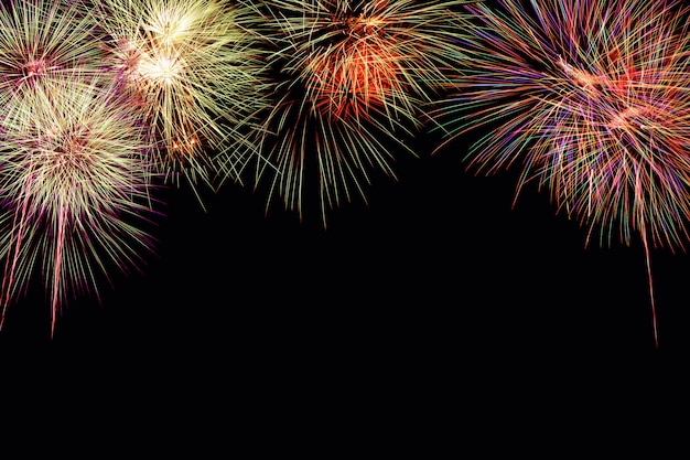 Samenvatting gekleurde vuurwerkachtergrond met vrije ruimte voor tekst