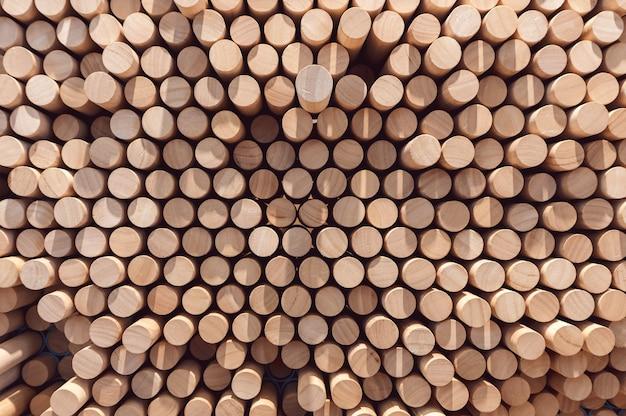Samenvatting gestapelde houten logboekachtergrond voor uw milieuontwerp.