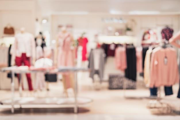 Samenvatting vage achtergrond van binnenlandse kledingsopslag bij winkelcomplex