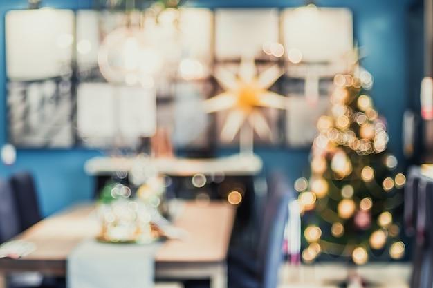 Samenvatting vage kerstboomdecoratie met licht bij woonkamer binnenshuis met bokeh