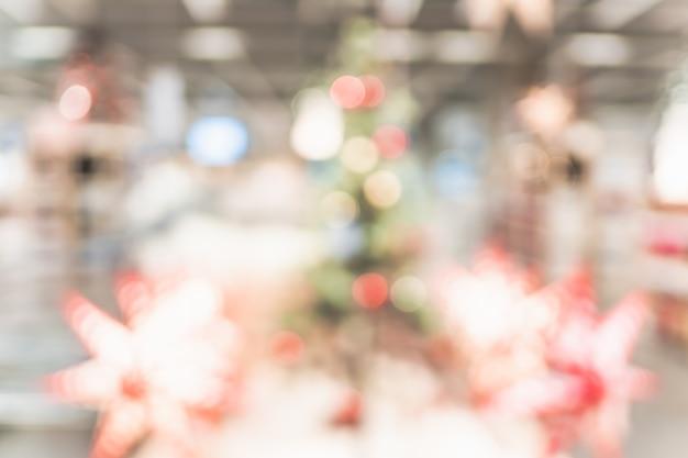 Samenvatting vage kerstboomdecoratie met licht bij woonkamer
