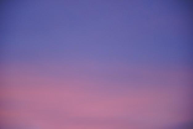 Samenvatting vage roze purpere en blauwe gradiënt kleurrijke wolken en hemelzonsondergang op avondaard