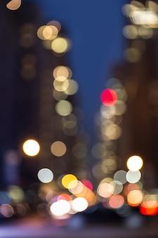 Samenvatting vage stadsachtergrond. grote stad straatverlichting 's nachts. lichten en schaduwen van new york city