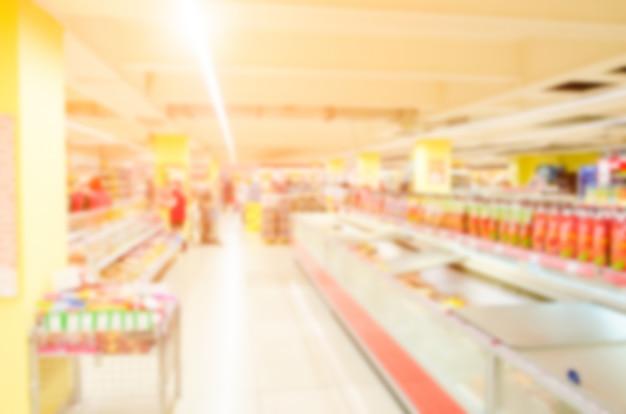 Samenvatting vage supermarkt met kleurrijke planken