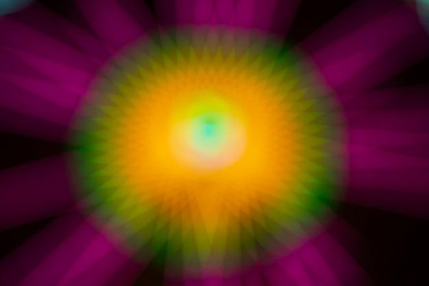 Samenvatting vage violette en gele motieneonlichten van een wonder wiel