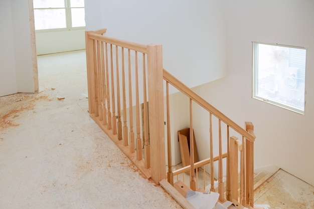 Samenvatting van mooie traptraliewerk en voorgevormde stappen binnenshuis.
