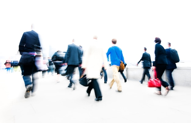 Samenvatting wazig casual mensen woon-werkverkeer tijdens het spitsuur