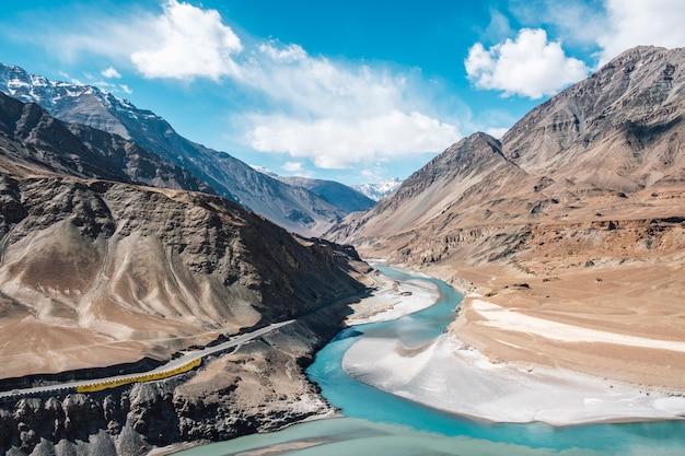 Samenvloeiing van de indus en zanskar rivieren in leh ladakh, india