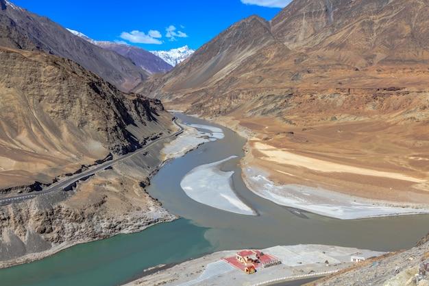 Samenvloeiing van de rivier zanskar en de rivier de indus in leh ladakh regio india