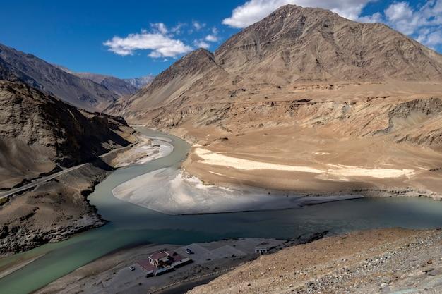 Samenvloeiing van de rivieren zanskar en indus - leh, ladakh, india