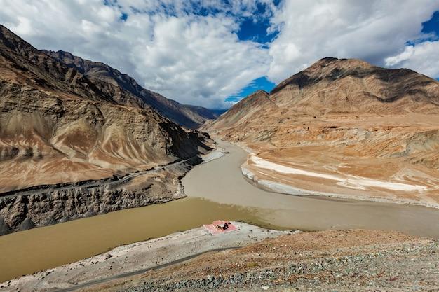 Samenvloeiing van indus- en zanskar-rivieren in de himalaya