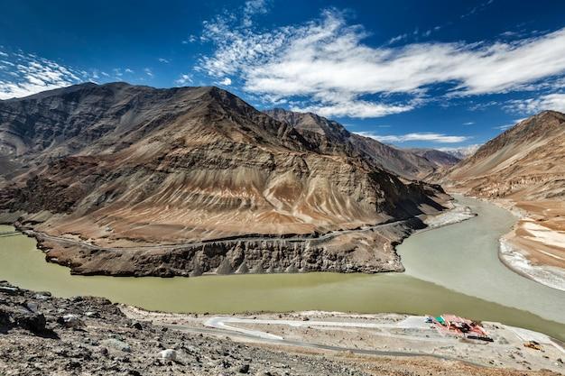 Samenvloeiing van indus en zanskar rivieren, ladakh