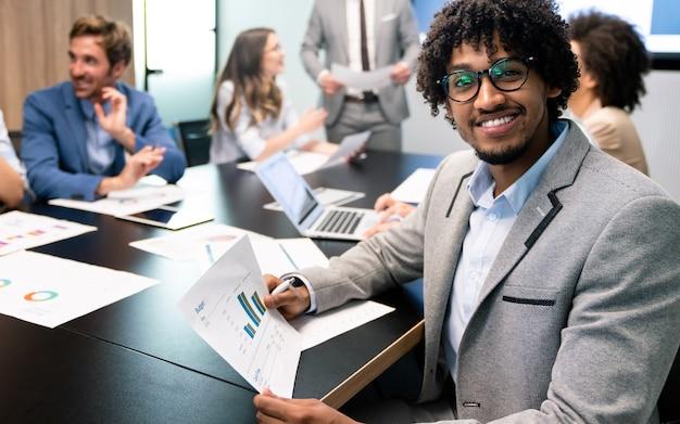 Samenwerking en analyse door een groep zakenmensen die op kantoor werken