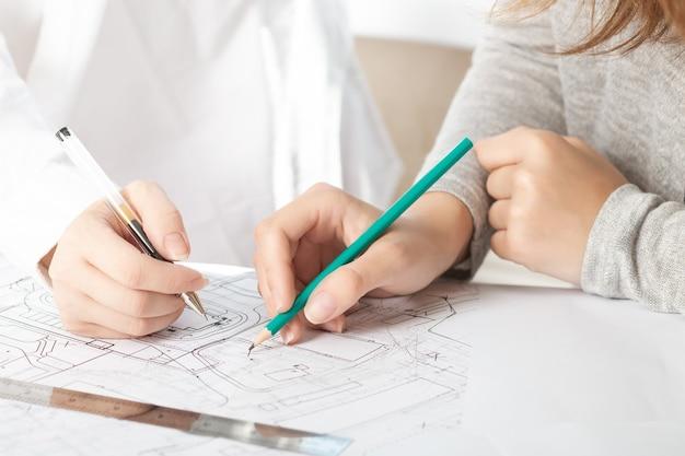 Samenwerking, teamwerk. vergadering van mensen uit het bedrijfsleven op kantoor met bouwblauwdrukken, tekeningen