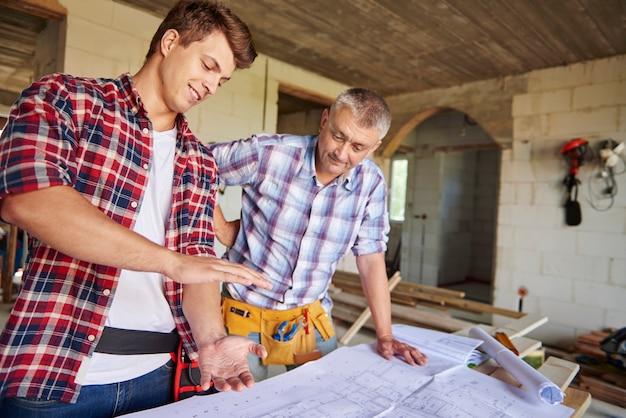 Samenwerking van twee timmerlieden in de bouw