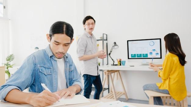 Samenwerkingsproces van multiculturele ondernemers met behulp van laptop presentatie en communicatie vergadering brainstormen ideeën over nieuwe project collega's plan successtrategie werken in kantoor aan huis.