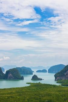 Samet nang she-gezichtspunt in de baai van phang nga in thailand