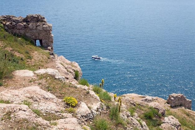 Sammer zeezicht van genuese vesting aan de kust van balaclava